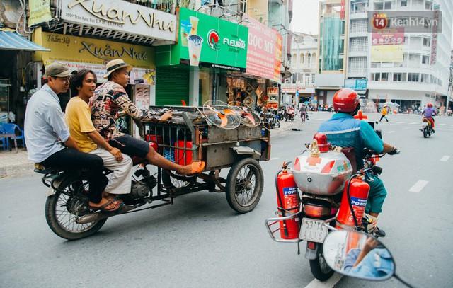 Ông cụ nhặt rác và chú vẹt ở Sài Gòn trên chiếc xe cứu thương đáng yêu được chế tạo từ phế liệu - Ảnh 2.