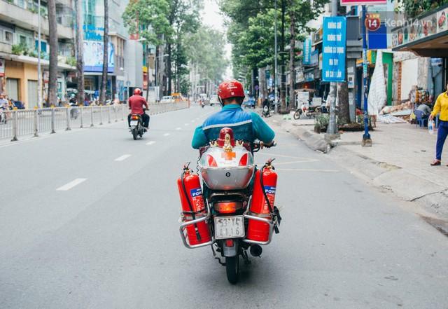 Ông cụ nhặt rác và chú vẹt ở Sài Gòn trên chiếc xe cứu thương đáng yêu được chế tạo từ phế liệu - Ảnh 11.