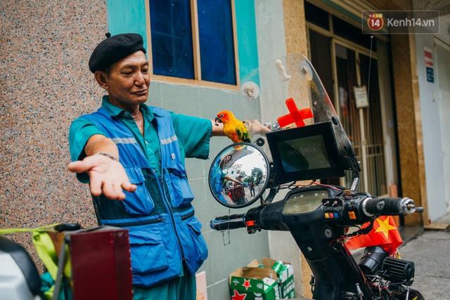 Ông cụ nhặt rác và chú vẹt ở Sài Gòn trên chiếc xe cứu thương đáng yêu được chế tạo từ phế liệu - Ảnh 3.