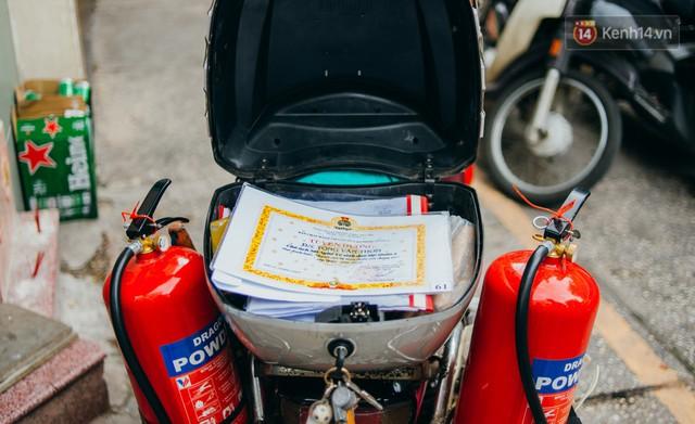 Ông cụ nhặt rác và chú vẹt ở Sài Gòn trên chiếc xe cứu thương đáng yêu được chế tạo từ phế liệu - Ảnh 4.
