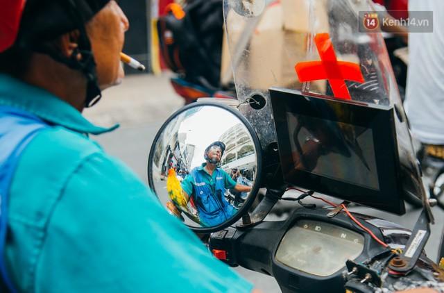Ông cụ nhặt rác và chú vẹt ở Sài Gòn trên chiếc xe cứu thương đáng yêu được chế tạo từ phế liệu - Ảnh 6.