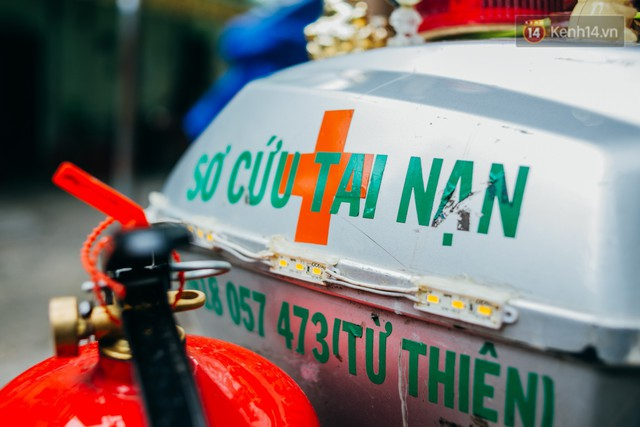 Ông cụ nhặt rác và chú vẹt ở Sài Gòn trên chiếc xe cứu thương đáng yêu được chế tạo từ phế liệu - Ảnh 7.