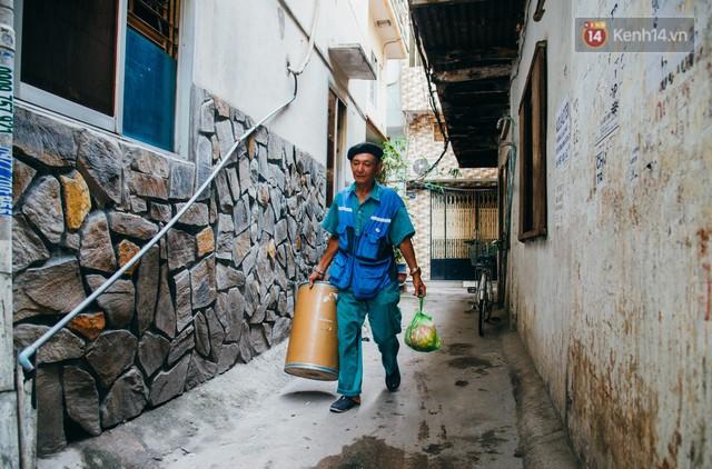 Ông cụ nhặt rác và chú vẹt ở Sài Gòn trên chiếc xe cứu thương đáng yêu được chế tạo từ phế liệu - Ảnh 8.