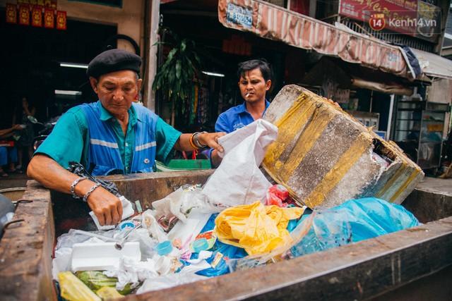 Ông cụ nhặt rác và chú vẹt ở Sài Gòn trên chiếc xe cứu thương đáng yêu được chế tạo từ phế liệu - Ảnh 9.
