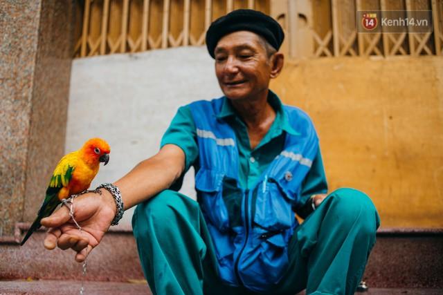 Ông cụ nhặt rác và chú vẹt ở Sài Gòn trên chiếc xe cứu thương đáng yêu được chế tạo từ phế liệu - Ảnh 10.