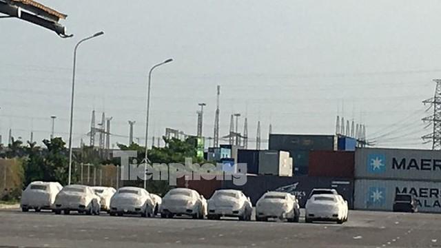 Ô tô miễn thuế đổ bộ về Việt Nam, tập kết kín cảng chờ lăn bánh   - Ảnh 2.
