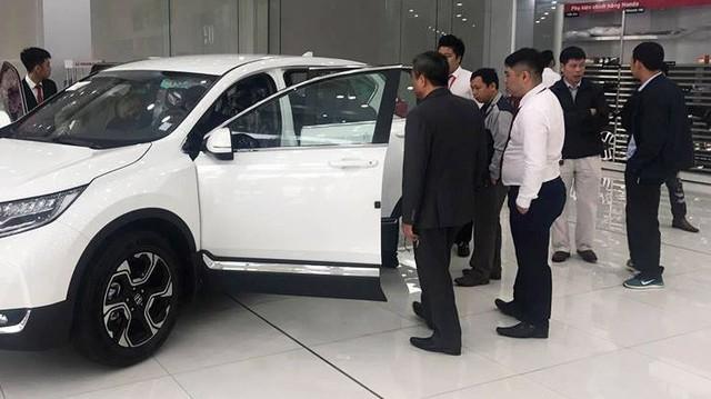Ồ ạt mua xe mà chưa biết giá, không được nhìn - Chuyện chưa từng có ở Việt Nam