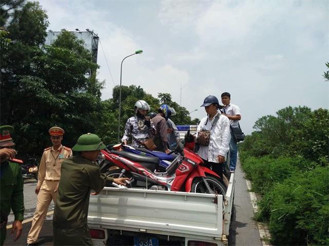 CSGT Hà Nội dùng xe chuyên dụng đưa dân qua vùng ngập - Ảnh 1.