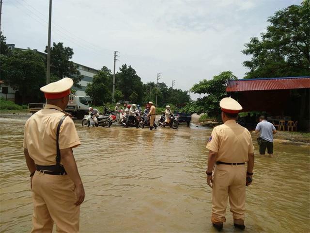 CSGT Hà Nội dùng xe chuyên dụng đưa dân qua vùng ngập - Ảnh 11.