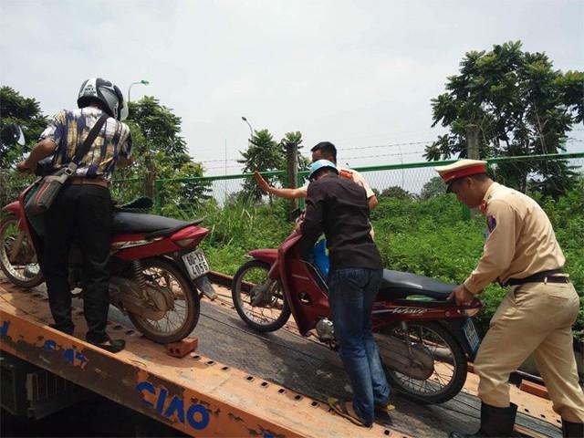 CSGT Hà Nội dùng xe chuyên dụng đưa dân qua vùng ngập - Ảnh 12.
