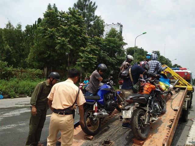 CSGT Hà Nội dùng xe chuyên dụng đưa dân qua vùng ngập - Ảnh 13.