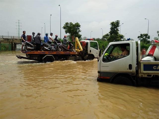 CSGT Hà Nội dùng xe chuyên dụng đưa dân qua vùng ngập - Ảnh 4.