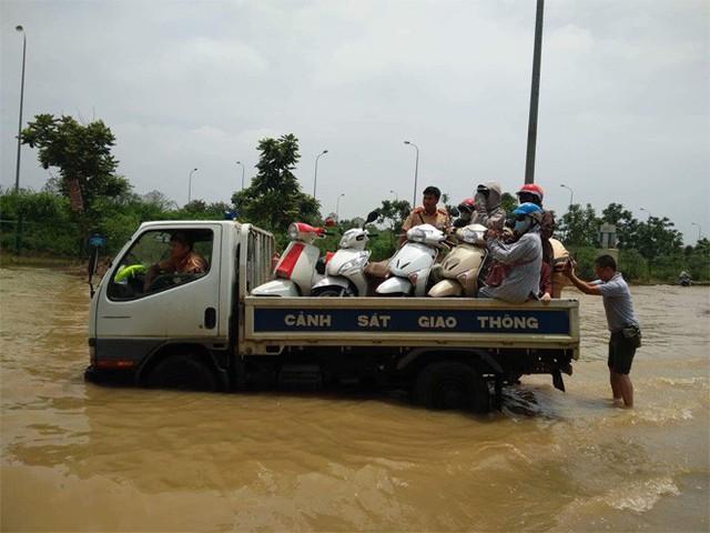 CSGT Hà Nội dùng xe chuyên dụng đưa dân qua vùng ngập - Ảnh 5.