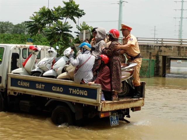 CSGT Hà Nội dùng xe chuyên dụng đưa dân qua vùng ngập - Ảnh 6.