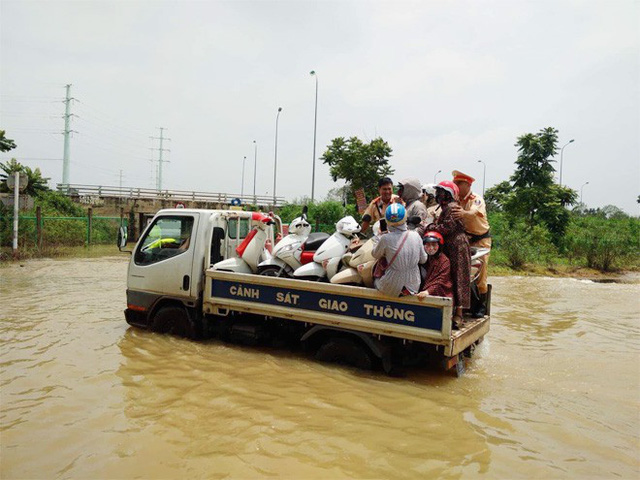 CSGT Hà Nội dùng xe chuyên dụng đưa dân qua vùng ngập - Ảnh 7.