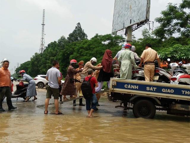 CSGT Hà Nội dùng xe chuyên dụng đưa dân qua vùng ngập - Ảnh 8.