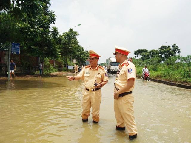 CSGT Hà Nội dùng xe chuyên dụng đưa dân qua vùng ngập - Ảnh 10.