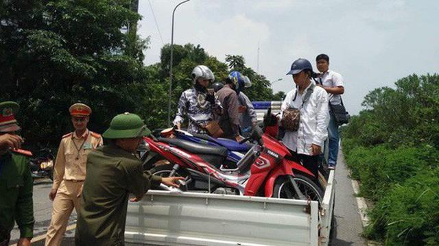 CSGT Hà Nội dùng xe chuyên dụng đưa dân qua vùng ngập