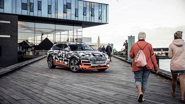 Audi hé lộ nội thất hiện đại nhất từng sản xuất với 5 màn hình cỡ lớn - Ảnh 1.