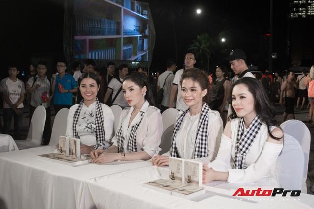 Bộ tứ hoa hậu và á hậu Việt Nam xuất hiện cùng những chiếc Rolls-Royce Phantom mui trần của Trung Nguyên - Ảnh 1.