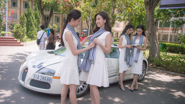 Bộ ba hoa hậu, á hậu cùng các người đẹp Việt Nam xuất hiện bên Bugatti Veyron của Trung Nguyên