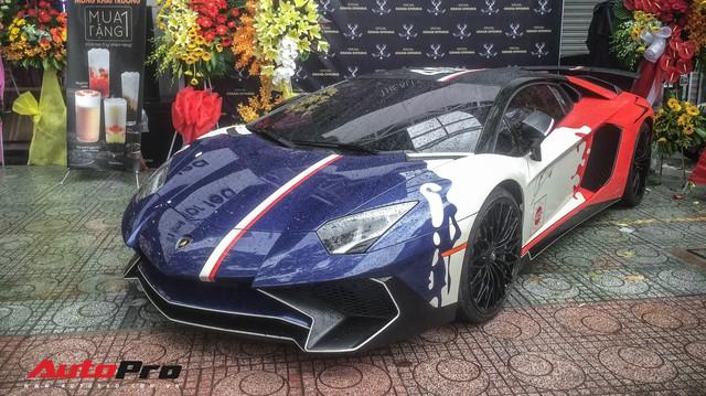 """Góc ăn chơi: Quán trà sữa mời cả siêu xe Lamborghini Aventador SV độc nhất Việt Nam của Minh """"nhựa"""" làm hình ảnh"""