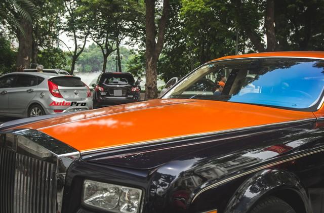 Chiếc Rolls-Royce Phantom tại Hà Nội đổi màu nhanh như tắc kè: Vừa hết tím mộng mơ lại đến cam cá tính - Ảnh 2.