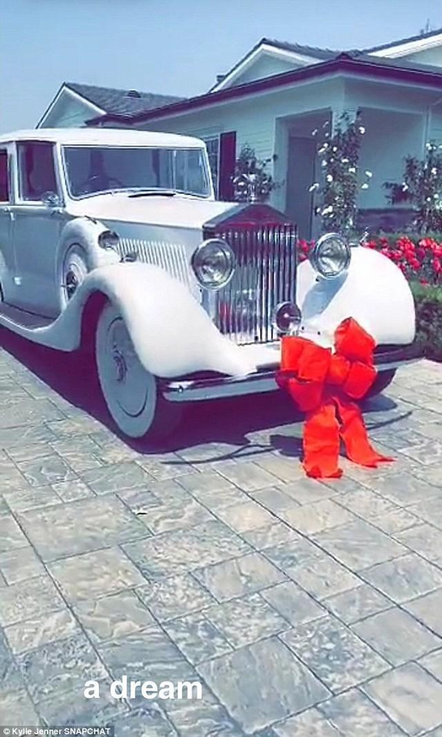 Kylie Jenner được bạn trai tặng xe Rolls Royce giữa khu vườn trăm bông hoa hồng siêu lãng mạn nhân sinh nhật - Ảnh 1.