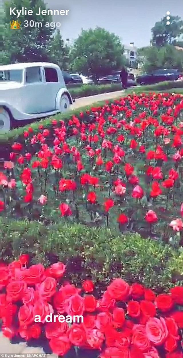 Kylie Jenner được bạn trai tặng xe Rolls Royce giữa khu vườn trăm bông hoa hồng siêu lãng mạn nhân sinh nhật - Ảnh 2.