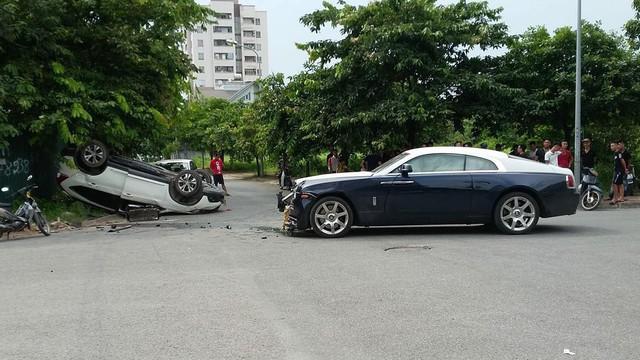 Đâm nhau, Rolls-Royce Wraith vỡ đầu, Honda CR-V lật ngửa ngay ngã tư tại Hà Nội