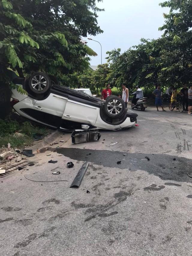 Đâm nhau, Rolls-Royce Wraith vỡ đầu, Honda CR-V lật ngửa ngay ngã tư tại Hà Nội - Ảnh 5.