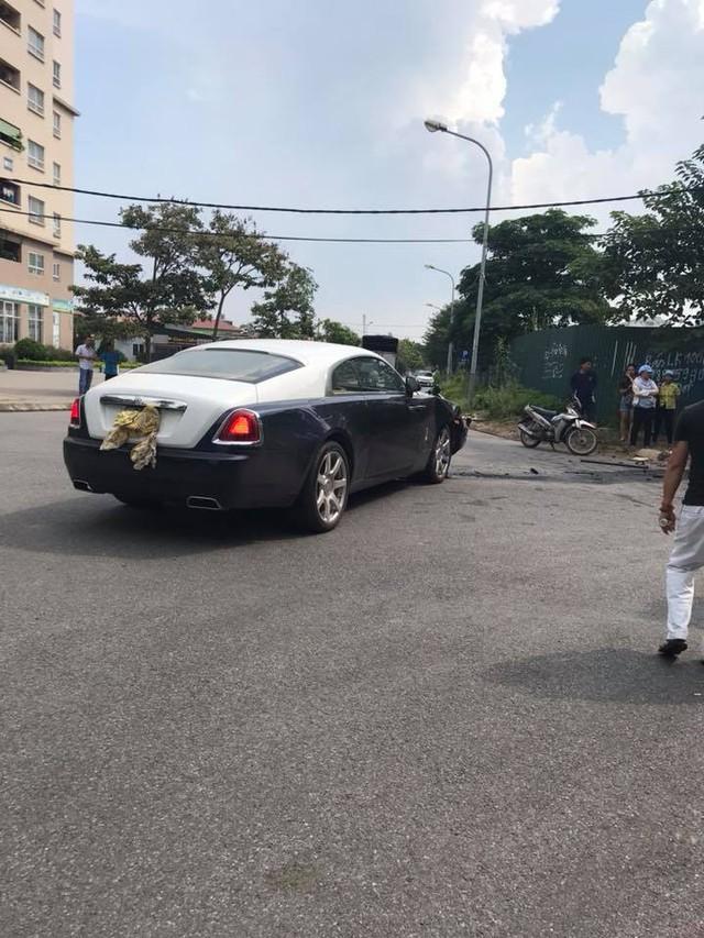 Đâm nhau, Rolls-Royce Wraith vỡ đầu, Honda CR-V lật ngửa ngay ngã tư tại Hà Nội - Ảnh 4.
