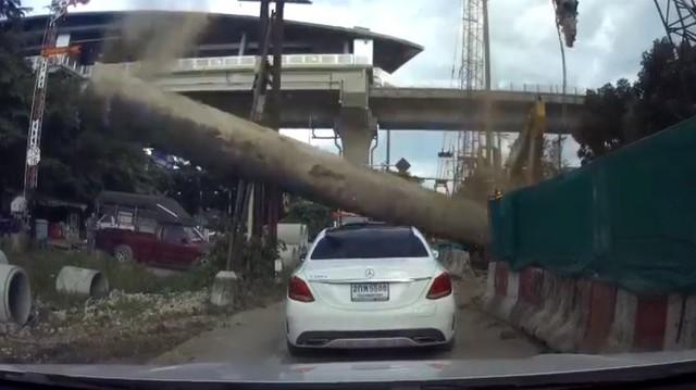 Thi công cầu vượt trên cao mắc lỗi, thanh sắt khổng lồ rơi xuống đầu Mercedes-Benz C-Class
