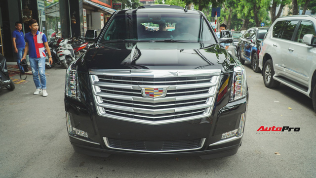 Khủng long Mỹ Cadillac Escalade 2018 lần đầu dạo phố sau khi vừa về tay chủ nhân mới - Ảnh 3.
