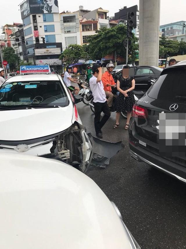 2 ô tô xảy ra va chạm, lời lý giải của tài xế taxi khiến dân mạng lao vào cuộc tranh luận - Ảnh 1.