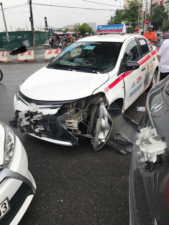 2 ô tô xảy ra va chạm, lời lý giải của tài xế taxi khiến dân mạng lao vào cuộc tranh luận - Ảnh 2.