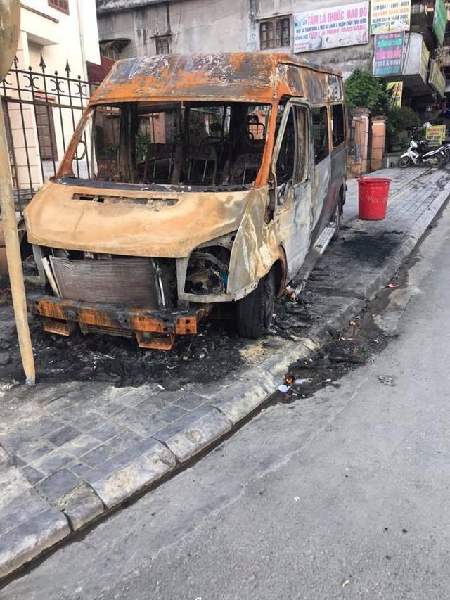 Hiện trường vụ dùng xe hút bể phốt chữa cháy bất ngờ thành nơi check-in của vài bạn trẻ - Ảnh 3.