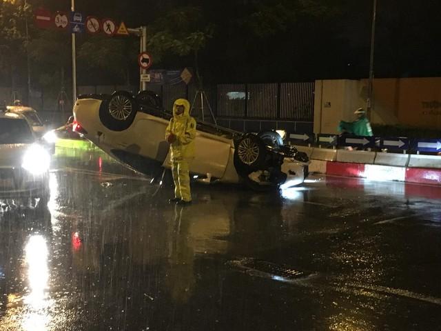 Lexus lật ngửa bụng trong đêm mưa gió tại Hà Nội - Ảnh 2.
