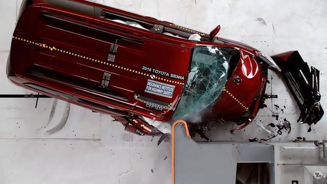 3 minivan hàng đầu đọ điểm an toàn, Toyota Sienna thấp nhất - Ảnh 1.