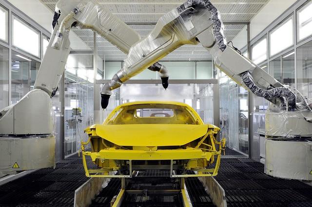 Với công nghệ sơn mới, Ferrari chỉ cần nấu siêu xe ở 100 độ C thay vì 150 độ C như trước - Ảnh 1.