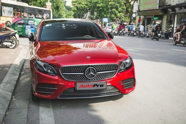 Không chờ được Mercedes-Benz E43 AMG xịn, dân chơi Hà thành mua E300 AMG để tự độ hiệu suất cao như thật - Ảnh 1.