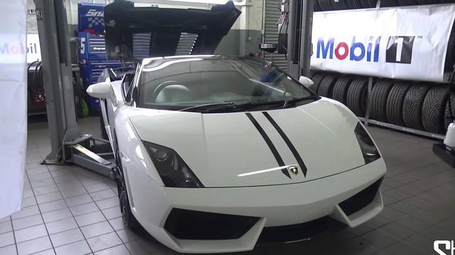 Lại một siêu xe nữa cần thay dầu, lần này là Lamborghini Gallardo