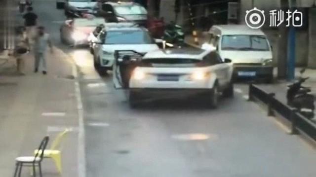 Trung Quốc: Ra khỏi xe nhưng quên dừng đỗ, người phụ nữ bị chính ô tô của mình cán rạn xương chậu