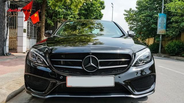 Độ full-black rồi bán lại, chủ xe Mercedes-Benz C300 AMG vẫn khấu hao hàng trăm triệu đồng. - Ảnh 1.