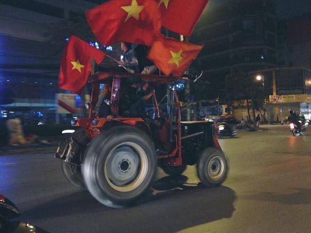 CĐV Việt Nam siêu ngầu, mang cả xe lu, xe kéo đi bão sau chiến thắng lịch sử - Ảnh 1.