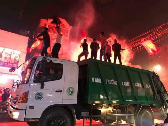 CĐV Việt Nam siêu ngầu, mang cả xe lu, xe kéo đi bão sau chiến thắng lịch sử - Ảnh 3.