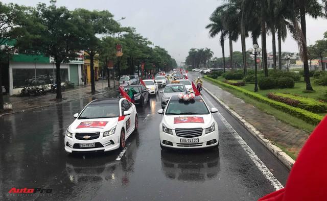 Đoàn 40 chiếc Chevrolet Cruze diễu hành quanh Hà Nội để cổ vũ đội tuyển Việt Nam trước giờ bóng lăn - Ảnh 2.