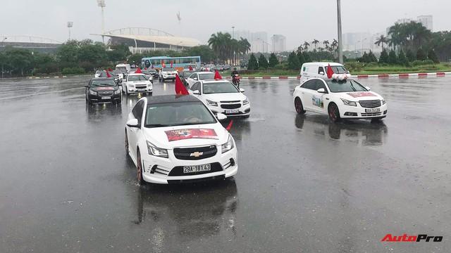 Đoàn 40 chiếc Chevrolet Cruze diễu hành quanh Hà Nội để cổ vũ đội tuyển Việt Nam trước giờ bóng lăn