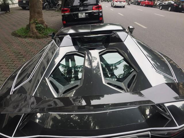 Lamborghini Aventador Roadster độ phong cách Tron Legacy chrome chói chang tại Hà Nội - Ảnh 4.