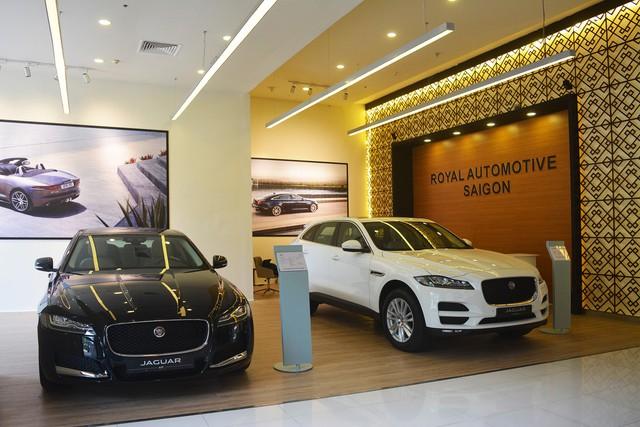Jaguar Land Rover giảm cả trăm triệu đồng cho xe sang tại Việt Nam - Ảnh 1.